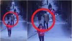 La ragazza in minigonna cammina per la strada, occhio all'uomo dietro di lei
