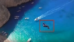 Si lancia giù nel vuoto a picco sul mare: il salto da brividi