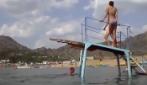 In bikini sulla piattaforma: la figuraccia davanti agli occhi di tutti