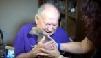 Gli regalano un cucciolo e scoppia in lacrime: il motivo ti emozionerà