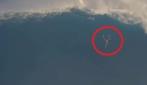 Ecco cosa si prova a precipitare da un'onda gigantesca: 13 metri in caduta libera