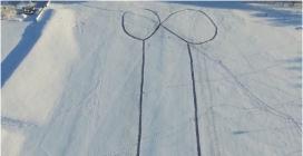 """Svezia, un enorme pene sul fiume ghiacciato. Le autorità: """"È troppo pericoloso rimuoverlo"""""""