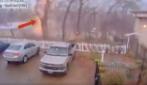 Fulmine colpisce un albero: ecco cosa succede all'esterno di una scuola