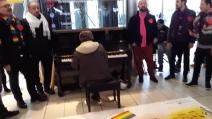 Napoli, la canzone per le unioni civili al pianoforte in stazione