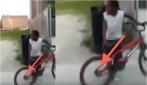 La sua bici si è bloccata, non crederete mai a cosa si è incastrato nella ruota