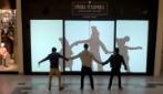 Si posizionano davanti alla vetrina di un negozio: quello che accade è stupendo