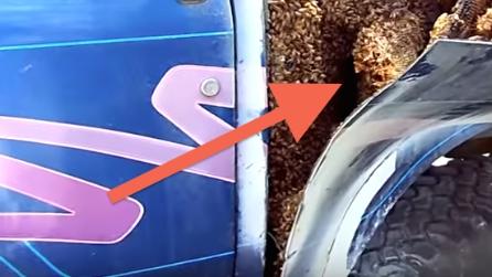 Strani rumori dall'interno del furgone, stacca via una lamina e fa una scoperta sconvolgente