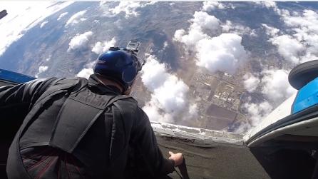 Si lancia nel vuoto dall'elicottero: il volo mozzafiato