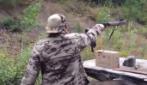 Mai sparare col fucile con una mano sola, può essere molto pericoloso