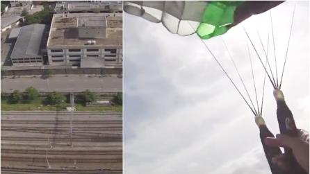 Si lancia col paracadute sui binari ma atterra sul filo spinato