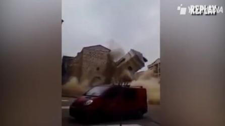 Crolla improvvisamente il campanile della chiesa: le immagini shock