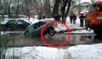 L'auto è finita in acqua, il carro attrezzi cerca di tirarla fuori: attenzione alle ruote