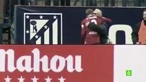 Torres segna il gol numero 100 con l'Atletico e abbraccia l'uomo che lo scoprì da bambino