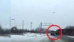 Ignora il semaforo e attraversa i binari, il tir viene trascinato per decine di metri