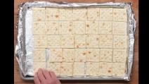 Dispone i cracker all'interno della teglia: la ricetta che ti delizierà