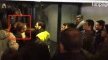Un tifoso abbraccia calorosamente Totti all'Olimpico a fine primo tempo