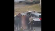 Donna nuda in strada, bloccata e arrestata da alcuni agenti