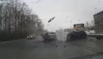 Scontro frontrale tra due auto: muoiono tre persone