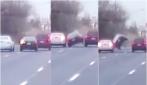 Tenta il sorpasso fra due auto ma l'impatto lo scaraventa in aria