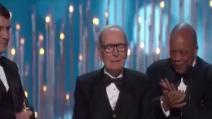 """Morricone commosso ritira l'Oscar: """"Lo dedico a mia moglie Maria"""""""