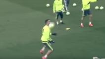 """Cristiano Ronaldo """"di spalla"""" durante il torello in allenamento"""