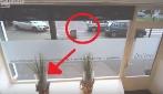 Voleva parcheggiare ma si schianta nella vetrina, impossibile? Guardare per credere!