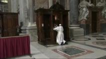 Papa Francesco si confessa: l'assoluzione affidata ad un semplice sacerdote