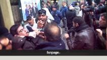 Primarie Napoli, operai vestiti da Pulcinella contestano Bassolino all'Augusteo