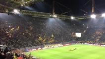 """Il Borussia Dortmund vince e i calciatori festeggiano insieme al """"muro giallo"""""""