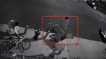 Tre ragazzi accerchiano un uomo di 62 anni: quello che gli fanno è terribile