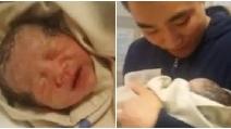 Il neonato piange disperato ma appena il papà lo prende in braccio ecco cosa accade