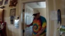 I figli fanno una grande sorpresa al papà: entra dalla porta e scoppia in lacrime per l'emozione