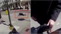 Vede un anziano steso sull'asfalto: il motociclista compie un gesto davvero commovente