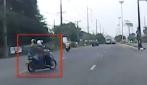 Attraversa tre corsie con lo scooter: quello che succede dopo è pazzesco