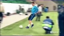 Cristiano Ronaldo si diverte in allenamento: il passaggio di tacco al volo