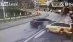Un terribile scontro tra le due auto: quello che accade è scioccante