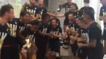 Scudetto Juve, la festa dei calciatori bianconeri alla fine di Roma-Napoli
