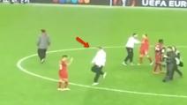 Jurgen Klopp esulta con Coutinho: prima i saltelli e poi l'abbraccio