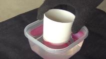 Immerge una tazza nell'acqua e smalto: l'idea creativa da provare
