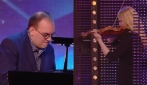 Si esibisce al pianoforte quando entra una donna: ha inizio un grande spettacolo