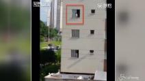 La bimba gioca sul davanzale della finestra e la mamma non se ne accorge: le immagini da brividi