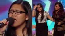 La figlia inizia a cantare: quando la mamma la affianca tutto diventa commovente