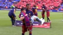 Dani Alves prende in braccio un bambino disabile e poi compie un gesto stupendo