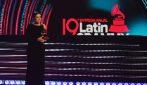 Le lacrime di Laura Pausini dopo la vittoria dei Latin Grammy