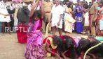 Si fanno frustare per essere liberate dai demoni: il supplizio delle 5mila donne in India