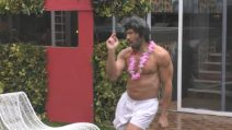 Grande Fratello VIP - Walter scatenato balla sotto la pioggia