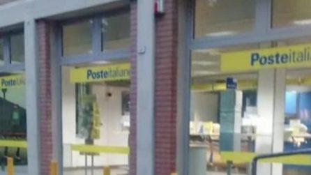 """Reggio Emilia, l'ostaggio alle poste: """"Siamo chiusi dentro...ha un coltello in mano"""""""