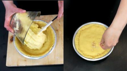 Torta della nonna: un dolce classico, con frolla e crema pasticcera ricoperta di croccanti pinoli