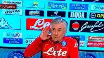 """Ancelotti imita Mou con la mano all'orecchio: """"90 minuti di insulti difficili da sopportare"""""""