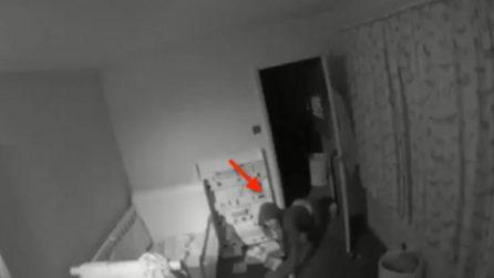 Entra nella stanza di un bimbo di due anni: il ladro incastrato dalle telecamere